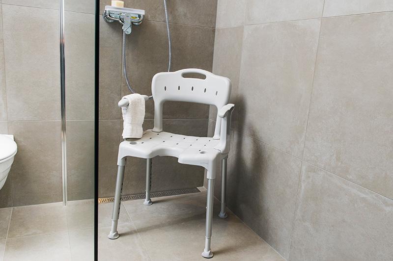 Duschstuhl mit Lehnen